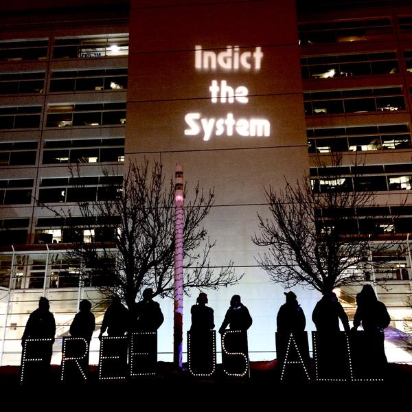 The Chicago Light Brigade using the Cook County Temporary Juvenile Detention Center as a backdrop for the night's message. (Photo: @MinkuMedia)